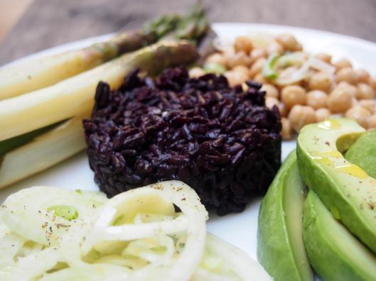 Riz noir-riz interdit-végan-sans gluten-assiette-blog Narbonne-Blogueuse Narbonne-avocat-asperge-fenouil-pois chiche-combinaisons alimentaires