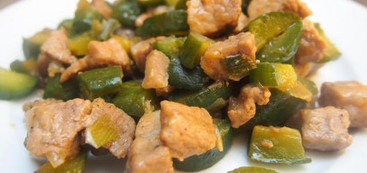 carbonade de porc-concombre-mini concombre-gingembre-ail-Noilly Prat-sauce soja-sauce d'huitre-sans gluten-blog Narbonne-blogueuse Narbonne-Carole Caillaba Suchet-combinaisons alimentaires